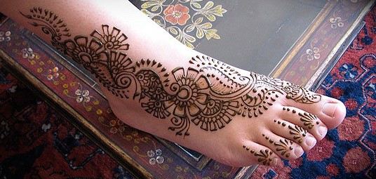 Simple Carry Bridal Design Mehndi on Feet