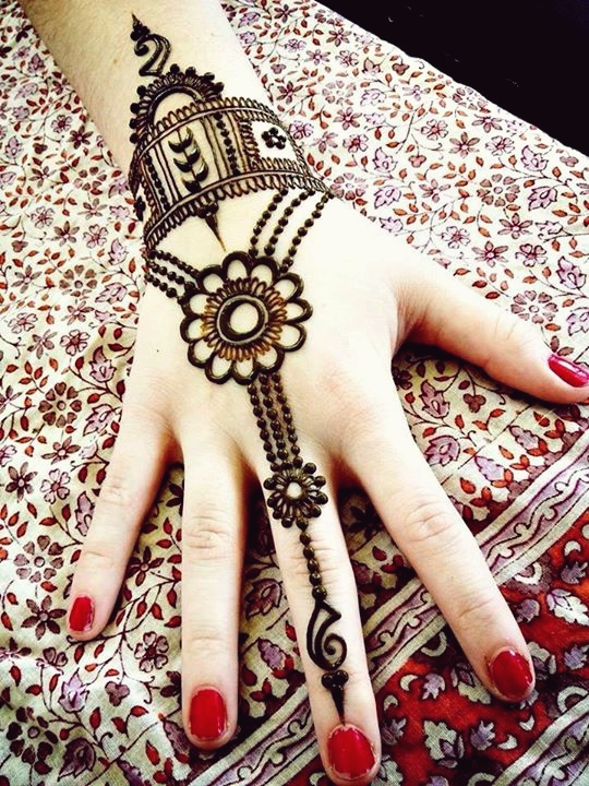 Wrist Chained Bail Mehndi Design for Eid