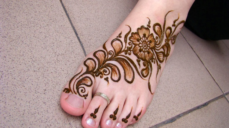 Shaded Flowery Foot Mehndi Design for Brides
