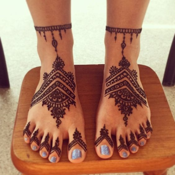 feet Turkish mehndi design with filled fngers