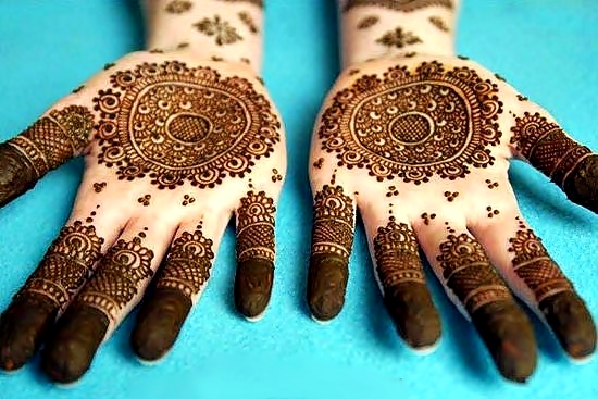 detailed round tikka mehndi design for hands