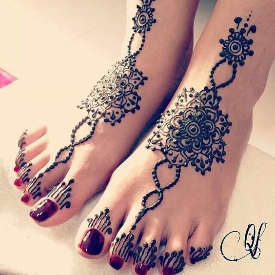 ringed Turkish mehndi design with central motif