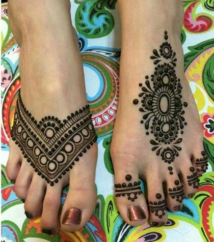 simple Turkish henna motifs on feet