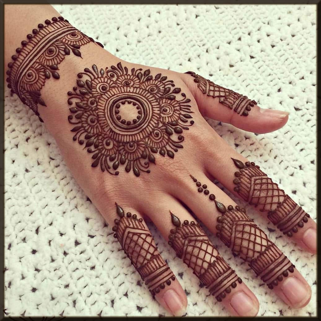 Detailed Round Tikka Mehndi Design